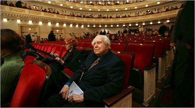 Elliott Carter arrived early for Thursday night's Carnegie Hall concert. Phot: New York Times
